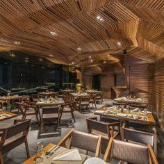 Een restaurant en discotheek vol met geometrische vormen in India Roomed | roomed.nl