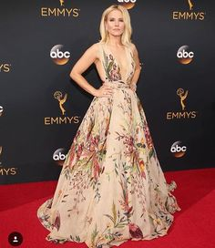 Drooling over this gorgeous floral gown worn by #KristenBell at the #emmyawards…
