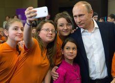 Vladimir Putin com crianças durante a visita ao centro de educação para crianças talentosas Sirius em Sochi, Rússia