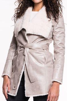Mantel vonGAUDI    kuschelig warmer Mantel  großer Kragen verlauf zum V-Ausschnitt  Einschubtasche   Verschluss duch Knopf und Band zum binden  sehr angenehmer Tragekomfort  Material: 100% Polyester