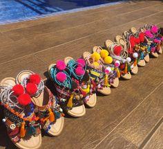 A marca, criada por mãe e filha, produz sandálias e acessórios feitos à mão!