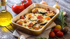 Dieser vegetarische Low Carb-Gemüseauflauf schmeckt besonders an heißen Sommertagen. Seine mediterranen Zutaten sorgen dafür, dass er nicht zu schwer im Magen liegt. Für Urlaubsfeeling in Ihrem Esszimmer!