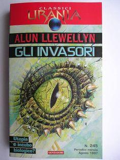 """Il romanzo """"Gli invasori"""" (""""The Strange Invaders"""") di Alun Llewellyn è stato pubblicato per la prima volta nel 1934. In Italia è stato pubblicato da Mondadori nel n. 245 dei """"Classici Urania"""" e nel n. 160 di """"Urania Collezione"""" nella traduzione di Riccardo Valla. Immagine di copertina di Jacopo Bruno per l'edizione """"Classici Urania"""". Clicca per leggere una recensione di questo romanzo!"""