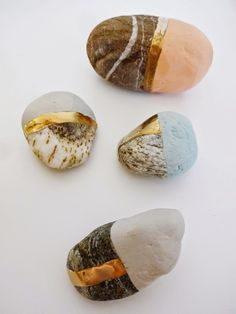 DIY rocks and pebbles done with matte and metallic paints Stone Crafts, Rock Crafts, Diy And Crafts, Arts And Crafts, Pebble Painting, Pebble Art, Stone Painting, Kintsugi, Diy Souvenirs