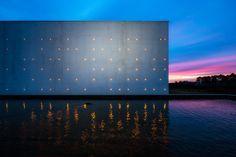Le Chai Ballande, puntillismo de luces en la fachada de una bodega de vinos