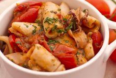 Il guazzetto di calamari, o calamari affogati al pomodoro, è un ottimo secondo di pesce, leggero ed equilibrato. Ingredienti: 500 grammi di calamari, 400 grammi di pomodori...