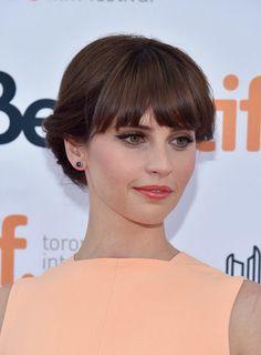 Felicity Jones. Coral and cat eyeliner. ✨