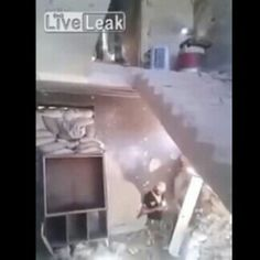 #LaRealnoticia Video: Le Juegan la Peor Broma a Combatiente de Siria http://ht.ly/YIzMQ