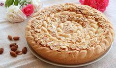 La crostata frangipane è una torta deliziosa a base di mandorle. La crema frangipane è il suo ingrediente principale, su una base di pasta frolla e marmellata.