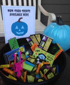 Here's how the Teal Pumpkin Project Makes Halloween Safe for families with food allergies. Here are resources to celebrate Halloween without candy or food. Healthy Halloween, Halloween Candy, Holidays Halloween, Halloween Kids, Halloween Pumpkins, Happy Halloween, Halloween Decorations, Teal Pumpkin Project, Halloween Saludable