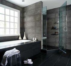 salle de bains grise, grande baignoire encastrée et cabine de douche élégante