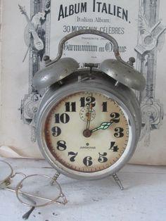 Antieke, Sleetse JUNGHANS wekker , met 2 bellen.   OUDE WEKKERS/KLOKKEN/WIJZERPLATEN   Decofrills, Brocante Antiek Stoer Industrieel Nostalgisch Retro Vintage Alarm Clock, Boudoir, Retro Vintage, Decor, Eau De Cologne, Projection Alarm Clock, Powder Room, Decoration, Alarm Clocks