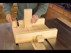 How to build a small table saw sled complete with instructional video, step by step breakdown of the process and even free design plans... AMAZING tutorial from woodgears.ca