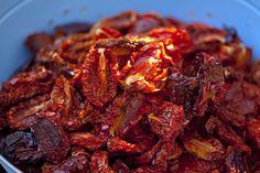 Jeśli się zastanawiasz, jak suszyć pomidory w domu, to właśnie znalazłeś odpowiedź. Lawendowy Dom jak co roku o tej porze tonie w pomidorach! Kolejne partie poddawane są myciu, krojeniu i powolnemu… Beef, Food Ideas, Kitchen, Meal, Food Recipes, Cooking, Home Kitchens, Ox, Kitchens