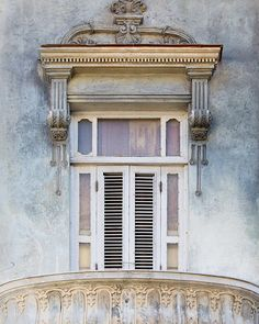 This window in Havana has the most beautiful weathered textures and gray blue colors. Havana architecture only looks better with age. Spanish Home Decor, Spanish House, Pastel Walls, Blue Walls, Paredes Color Pastel, Cuba Photography, Pastel Home Decor, Blue Wall Decor, Pastel House