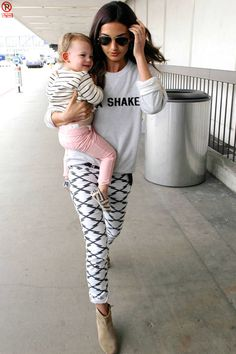 Lily Aldridge Lily Aldridge, Celebrity Jeans, Celebrity Style, Winter Outfits, Cool Outfits, Casual Outfits, Classic Outfits, Pregnant Outfit, Blouse En Coton