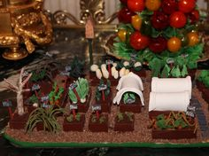 Obama Foodorama: The 2012 White House Gingerbread House: Executive Pastry Chef Bill Yosses' Masterpiece White House Ornaments, White House Christmas Tree, Christmas Gingerbread House, What Is Christmas, Gingerbread Houses, Christmas Holidays, Christmas Crafts, Garden Cakes, Christmas Desserts