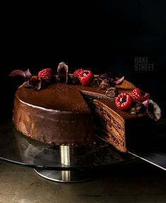 Baron Cake or Baron Torta, gluten-free cake made with an egg whites, cocoa and almond, filled with a yolk and chocolate cream accompanied by raspberry jam. Choco Chocolate, Decadent Cakes, Raspberry Filling, Salty Cake, Just Cakes, Gluten Free Cakes, Tart Recipes, Something Sweet, Celebration Cakes