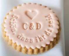 Gastgeschenke - Schön, dass ihr da seid - Hochzeitsstempel - ein Designerstück von Dein-Keksstempel bei DaWanda Personalised Biscuits, Shortbread, Sugar Cookies, Fondant, Wedding Inspiration, Wedding Ideas, Initials, Baking, Desserts
