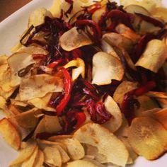 Chips de yuca con crocante de pimentón y puerro