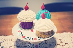Goodknits: Crochet Cupcake Containers (it covers a plastic container) Free Pattern/tutorial