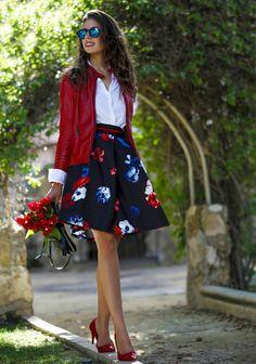 Muitas mulheres ficam na dúvida na hora de combinar sapatos coloridos, por isso o post de hoje é dedicado á vocês: como montar mais looks com seus sapatos coloridos?! COMBINAÇÃO 1 A combinação mais prática é usar o sapato colorido como destaque do look! Use peças neutras como jeans, branco, preto, cinza, bege… e deixe …