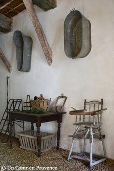 Country items for current living with patina Décorer un mur en accrochant une ancienne baignoire d'enfant chinée