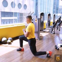 One-arm push ups are a versatile bodyweight workout. They're great for fat loss, improving cardiovascular fitness and enhancing the body. Learn how to do One-arm push ups with this workout video. Forearm Workout, Dumbbell Workout, Kettlebell, Internet Friends Meeting, Routine, Gym Video, Biceps And Triceps, Burn Calories, Strength Training