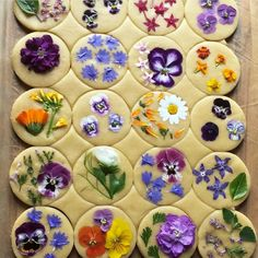 ITS ALL IN THE FLOWERS Bringing baking queen loriastern to your attention again because her flower pressed shortbread cookies are that Flower Sugar Cookies, Chalkboard Mag, Flower Food, Shortbread Cookies, Edible Cookies, Tea Cookies, Cookie Decorating, Food Art, Sweet Treats