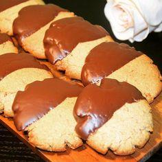 Gluten free and vegan cookies with tahini 💪🏻 Νηστίσιμα μπισκότα χωρίς γλουτένη με ταχίνι ✨ βουτηγμένα σε σοκολάτα 🍫 #cookies #tahini #glutenfreevegan #glutenfree #lovetobake #inmykitchen #instafood #ταχινι #χωριςγλουτενη #gfhappy