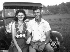 Juntos há 70 anos, casal morre com 15 horas de intervalo - Os dois se casaram em 20 de fevereiro de 1944, após namorar por três anos, e tiveram oito filhos. Conforme a família, em 70 anos, os dois nunca dormiram separados. Mesmo em seus últimos dias, Helen e Kenneth tomavam café da manhã juntos, de mãos dadas