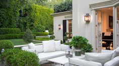 I have just discovered the House of California Designer Barbara Barry -so chic, so Beautiful! Outdoor Areas, Outdoor Rooms, Outdoor Living, Outdoor Decor, Exterior Design, Interior And Exterior, Casa Top, Beverly Hills Houses, Outside Living