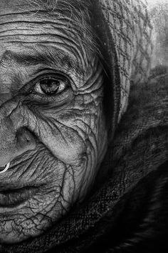The wise woman by Gianstefano Fontana Vaprio - Photo 199047227 / Realistic Pencil Drawings, Dark Art Drawings, Pencil Art Drawings, Art Drawings Sketches, Black And White Photography Portraits, Face Photography, Black And White Portraits, Old Man Portrait, Old Portraits