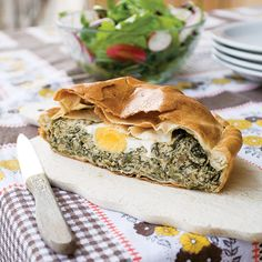Torta Pasqualina is an Italian pie recipe made with artichokes, spinach, parsley and ricotta – plus, it's suitable for vegetarians. Vegetarian Cheese, Vegetarian Recipes, Healthy Recipes, Vegetarian Italian, Healthy Eats, Torta Pasqualina Recipe, Tapas, Roasted Artichoke, Lunches