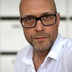 @TYPOBER Holger Schmidhuber ist Mitbegründer und Vorstandsvorsitzender der renommierten Designagentur Fuenfwerken. Wie das Büro mit Sitz in Wiesbaden und Berlin nachhaltig Botschaften und Produkte kommuniziert sowie Marken weiterentwickelt wird er uns zusammen mit Hans-Jürgen Herr präsentieren, dem Europachef von Weber-Stephen, der Grill-Kultmarke.