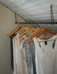 Handig om kleding onder de schuine kap op zolder te hangen, ook voor jassen die je dat seizoen niet gebruikt