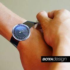 Ist eine Armbanduhr mit 42mm Durchmesser eher groß oder eher klein?  Soll ich das kleinere 40mm Modell nehmen oder doch besser das größere 44er?  Welches der beiden Modelle sieht an meinem Arm besser aus?  All diese Fragen lassen sich jetzt ganz einfach und schnell beantworten.  Auf unserer neuen Uhren Website (www.botta-design.de) können Sie jetzt nämlich genau zu diesem Zweck naturgetreue Ausschneidemodelle Ihrer Lieblingsuhren herunterladen und ausdrucken.  Einfach ausschneiden und wie…