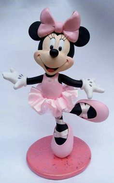 Hermosa minie! Bolo Da Minnie Mouse, Mickey And Minnie Cake, Mickey Minnie Mouse, Minnie Mouse Cake Topper, Minnie Birthday, Disney Cakes, Clay Dolls, Cake Toppings, Polymer Clay Crafts