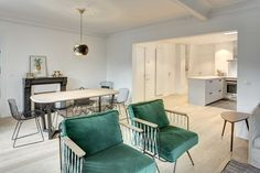 Seeing the photos of this large space that includes a spacious living area, a generously proportioned dining room with marble Parquet Versailles, Pose Parquet, Mid-century Modern, Modern Design, Look Vintage, Outdoor Furniture Sets, Outdoor Decor, Palette, Apartment Design