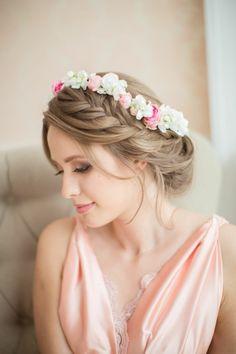 Geflochtene Brautfrisur und originelles Kleid in zartem Rosé