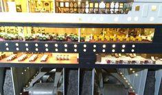 LA MAQUETA MÁS GRANDE DEL RMS TITANIC.  La muestra incorpora sonido y efectos de luz que realzan la famosa escalinata y suntuosos comedores con piano incluido. También reúne varios objetos originales como una blusa y un anillo de una de las pasajeras que eleva la carga emotiva de esta maqueta singular recreada por la Fundación Titanic.  THE BIGEST MODEL OF THE RMS TITANIC.  The exhibition incorporates sound and light effects that enhance the famous staircase and sumptuous dining with piano…