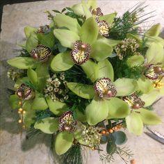 Dekorasjon med zymbidium, voksblomst, hyperikumranke og vintergrønt