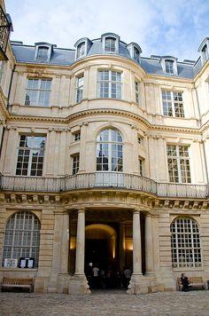 Baroque curves - Hôtel de Beauvais,  68, rue François-Miron, Paris IV - (1654-1660, arch. Antoine Le Pautre)