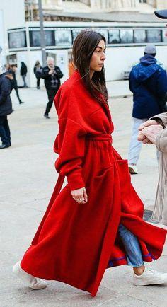Langer roter Mantel kombiniert mit Jeans und weißen Sneakers. Mehr findest du bei uns in der #EuropaPassage. #EuropaPassageHamburg #Outfit #fashion #Mode #streetstyle