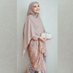 Mode Inspiration Kunst Moda Ideen # Mode # Moda Source by The post Mode Inspiration Kunst Moda 2 Kebaya Modern Hijab, Kebaya Hijab, Kebaya Dress, Kebaya Muslim, Muslim Dress, Hijab Gown, Hijab Dress Party, Abaya Fashion, Muslim Fashion