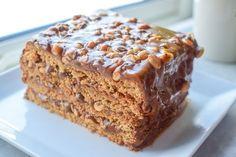Denne Snickerskaken er noe av det beste jeg vet. Den gode kombinasjonen av luftig og sprø bunn med Ritz og peanøtter, karamell, sjokolade og salte peanøtter er en oppskrift på suksess. I denne opps… Food Cakes, Cookie Recipes, Dessert Recipes, Norwegian Food, Types Of Cakes, Pudding Desserts, Let Them Eat Cake, Cheesecakes, Yummy Cakes