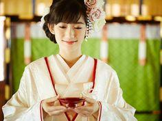 神前挙式 Wedding Kimono, Wedding Dresses, Japanese Wedding, Hair Arrange, Japanese Hairstyle, Japanese Outfits, Kimono Dress, Japanese Kimono, Japan Fashion