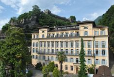 This youth hostel in Ticino has it all: a historic building under Montebello Castle in Bellinzona, centrally located and perfect for all kinds of excursions. Bar Bistro, Hostel, Multi Story Building, Mansions, House Styles, Home Decor, Youth, Live, Private School