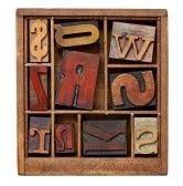 impresión letterpress Vintage bloquea en cuadro pequeño tipógrafo de madera con separadores, aislados en blanco stock photography