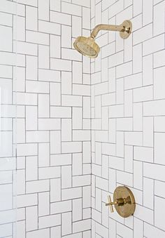 This bathroom shower features white subway tile laid in a herringbone pattern. However, this herringbone pattern is run on a diagonal. Minimalist Bedroom Diy, Minimalist Decor, Minimalist Kitchen, Minimalist Living, Modern Minimalist, Deco Boheme, Blog Deco, Herringbone Pattern, Beautiful Bathrooms